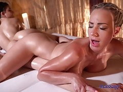 Massage Rooms Anya Krey wird von der großen Titten Blondine Natha abgerieben