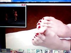 Füße und Zehen beim Fernsehen