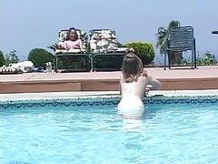 Amatorski lesbo nastolatek je różową cipkę na basenie