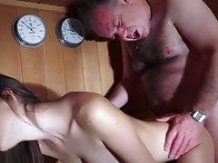 Giovane ragazza cazzo con vecchio ragazzo nella sauna