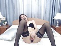 Asiática adolescente en medias juega tan linda