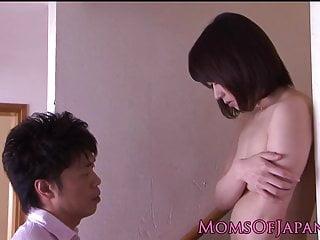 日本妈妈紧的混蛋玩具刺激和性交doggyst