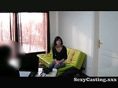 Casting - Dünne Brünette will einen Job