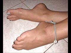 Noni porusza swoje seksowne stopy (rozmiar 38)