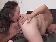 Rijpe moeders Corinna en Gasha neuken elkaar