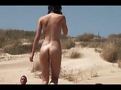 opalać się na plaży nago