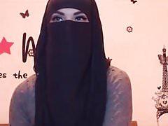 ninja-girl mostra tette e fondo