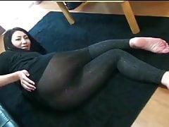La ragazza giapponese scorre in un volto di ragazzi in leggings