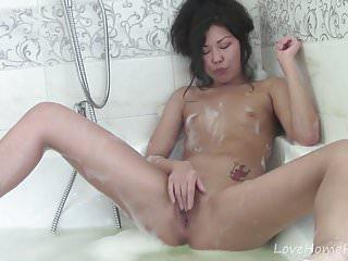 亞洲美女在浴室裡玩貓