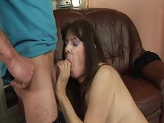 Temporada GILF: Mujer madura caliente se masturba antes de follar ingenio