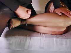 Tvrdý sex BDSM footjob trčí mimo milf punčochy