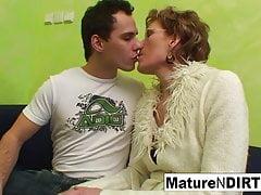 Oma schaut sich Pornos an, bevor sie von einem jüngeren Mann gefickt wird