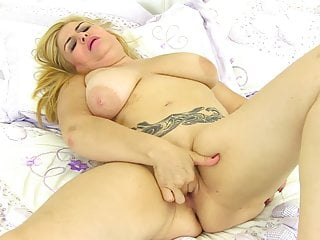 Big Tits Mature Granny vid: Chubby mature mother feeding hungry pussy