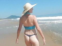 żona na plaży (naga żona)