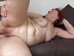 La passione della nonna dei bei capelli rossi è sesso con un ragazzo giovane