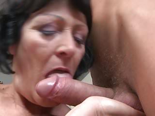 阿媽和媽媽吮吸和他媽的小男孩
