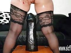 Sarah scopa colossali dildo nella sua figa golosa