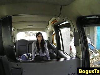 特寫出租車他媽的與黑髮寶貝