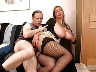 戀物癖穿著他媽的蕩婦與巨大的胸部2