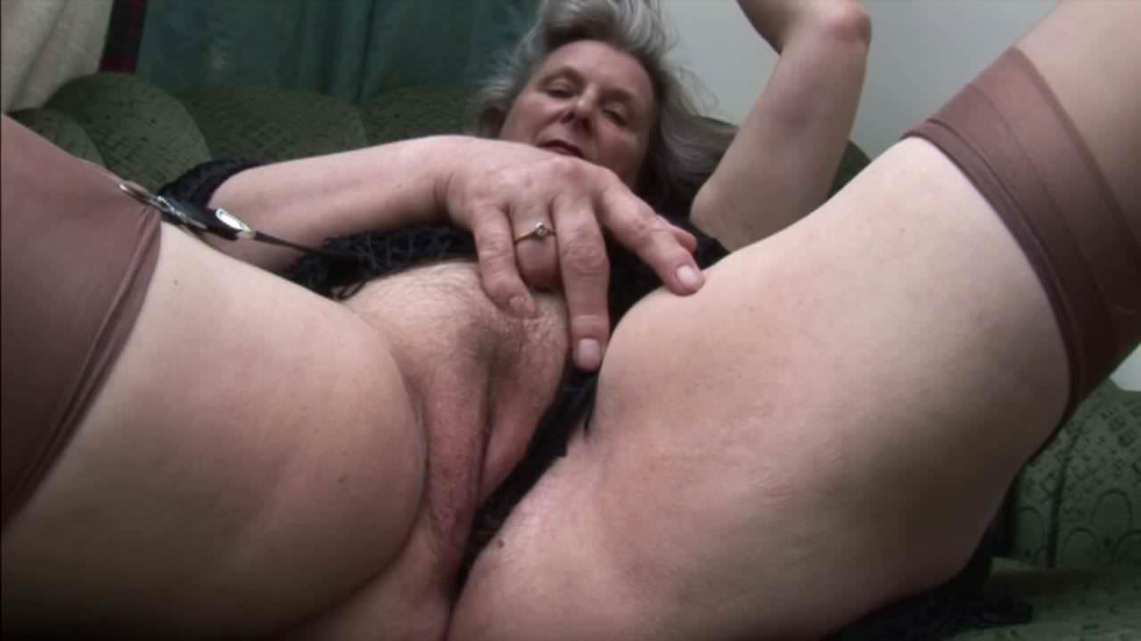Жену ебу а муж дрочит
