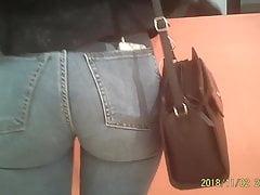 Cul parfait candide en jeans serrés