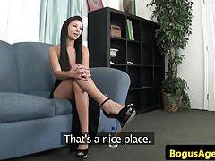 Casting Babe von Zwerg auf Arsch gespritzt