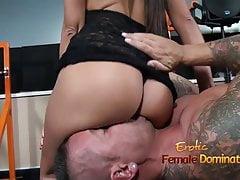 Angelica Domme donne un mec un cul étouffant facesitting