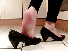 Sexy piedi maturi in cucina ...