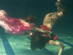 Due lesbiche calde sott'acqua si toccano