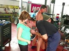Il meccanico scopa la figliastra in officina mentre i genitori si allontanano