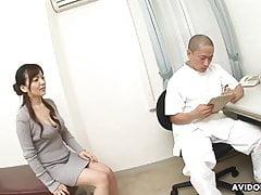 Una ragazza giapponese snella si è oliata e le dita sono fottute duramente