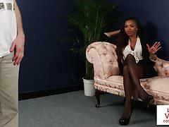 Černý CFNM Brit instruuje sub, jak trnit