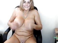 Jolie fille potelée se frotte les seins