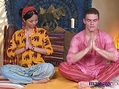 Massage masseuse thai chaud prend bite dur dans son pierc