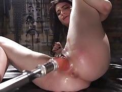 Štíhlá brunetka ALT Girl dostane její první chuť