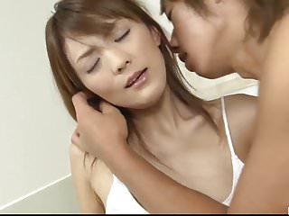 Nagisa Aiba在將它放入她的陰部之前很好地吸了它