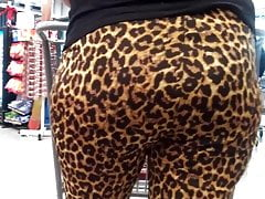 Candid leopardo impressão pawg espólio esperando na fila