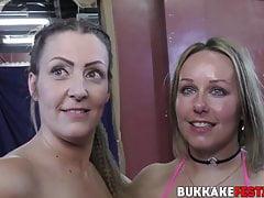Bukkake dziwka ślini się na kutasach podczas mokrej sesji ustnej