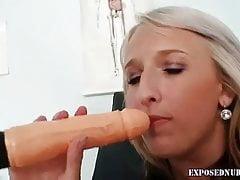 Una infermiera bionda si gioca con un grosso dildo