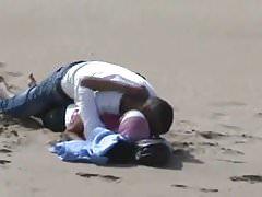 arabisches Hijab-Mädchen mit ihrem Freund beim Sex am Strand erwischt