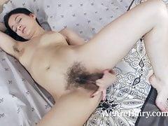 Bellavitana obdziera się i masturbuje w swojej sypialni