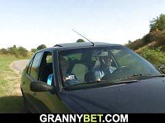 70 Jahre Oma wird im Auto genagelt