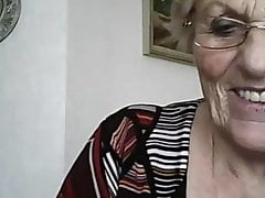 Babcia pokazuje jej cycki