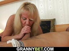 La nonna si è ripresa per fare sesso bollente