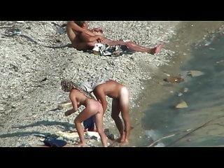 夫妻他媽的在公共海灘上走過去的人