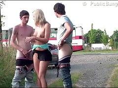 Nettes blondes jugendlich Mädchen mit 2 Kerlen PUBLIC Dreier
