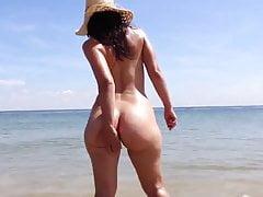 Alte Freundin des Blasenkolbens 22yr, die nackten Spaß am Strand hat