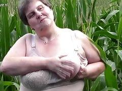La grande mamma grassa fa questo in un campo di grano