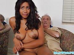 Mladá bustající černá sestra jede dědeček penis