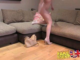 FakeAgentUK La seconda ragazza minuta del casting si fa sborrare anale